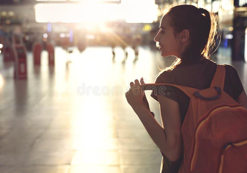 妇女在机场终端的大厅里有小背包的 库存图片