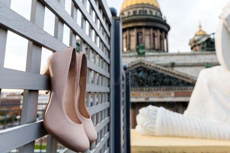 妇女在格子的脚跟鞋子在圣以撒的大教堂对面 免版税图库摄影