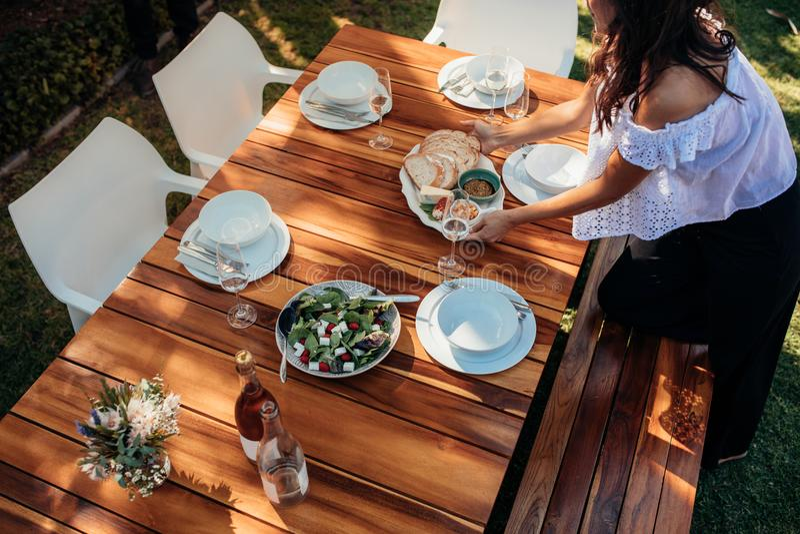 妇女在桌上的设置食物乔迁庆宴的 免版税图库摄影