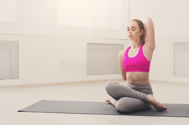 妇女在莲花姿势的训练瑜伽.图片