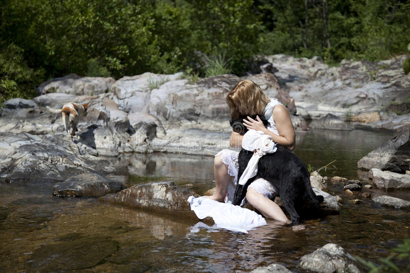 妇女在河 免版税库存图片
