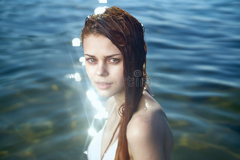 妇女在湖,水 库存照片