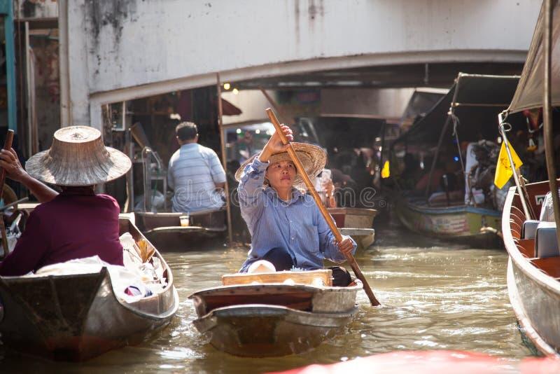 妇女在漂浮Marke,泰国的划艇 免版税库存照片