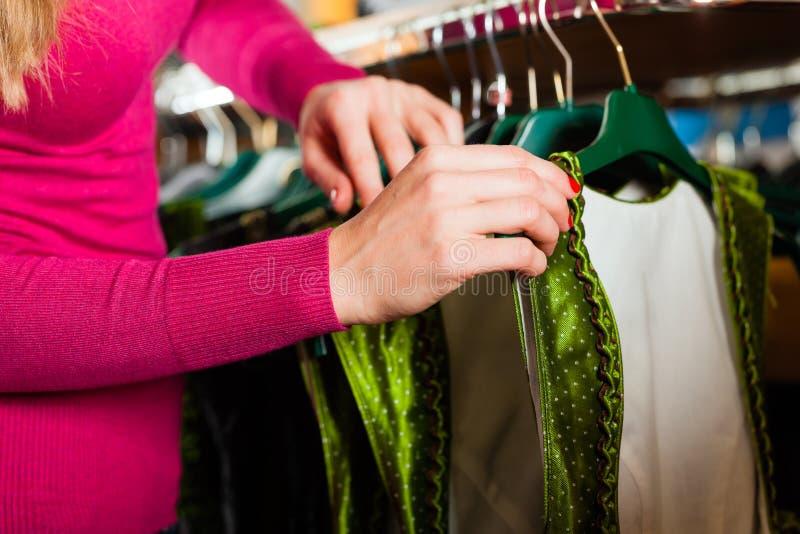 妇女在界面采购Tracht或少女装 免版税图库摄影
