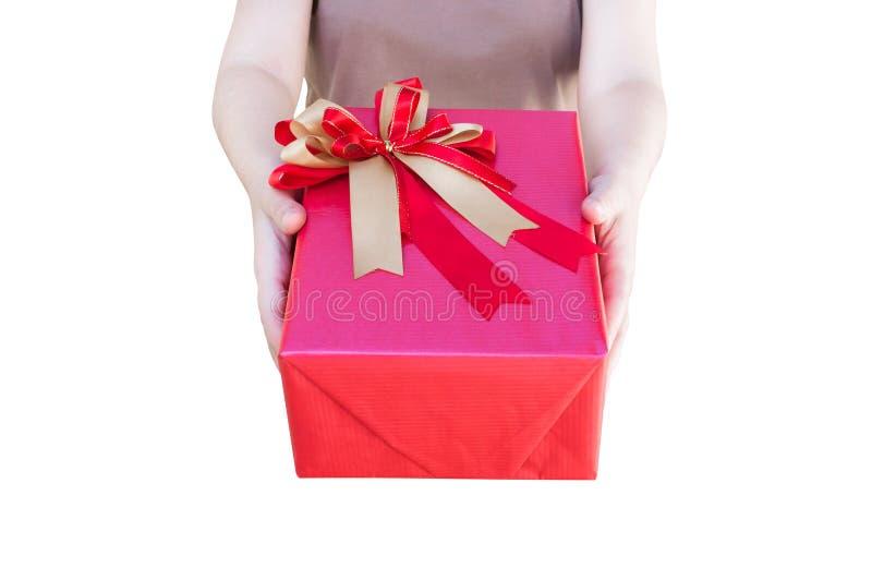 妇女在白色背景递拿着圣诞节节日礼物在装饰的欢乐的红色箱子被隔绝 免版税库存图片