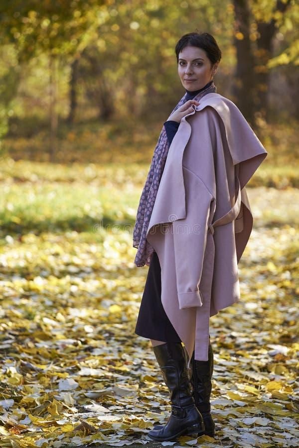 妇女在秋天公园作梦 库存图片