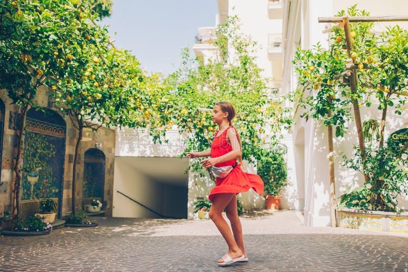 妇女在索伦托柠檬庭院里在夏天 免版税图库摄影