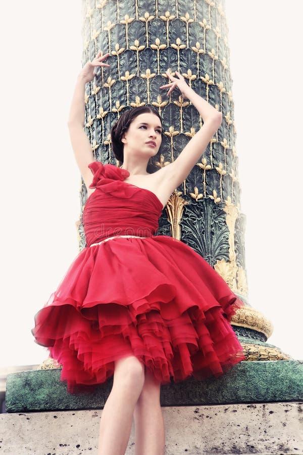 妇女在红色芭蕾舞女演员礼服穿戴了 免版税库存照片