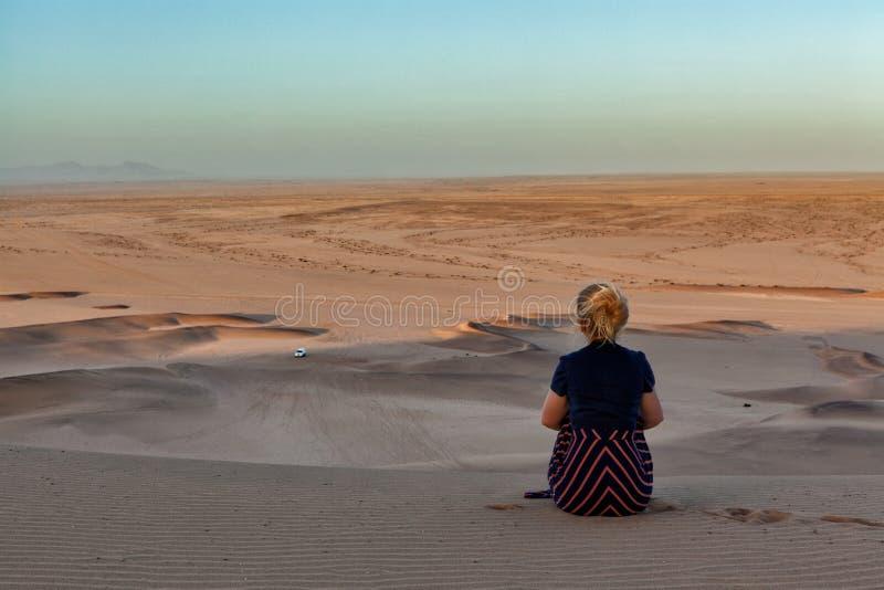 妇女在纳米比亚沙漠 免版税图库摄影