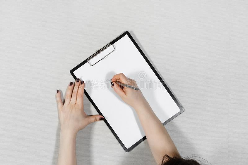 妇女在纸写 免版税库存图片