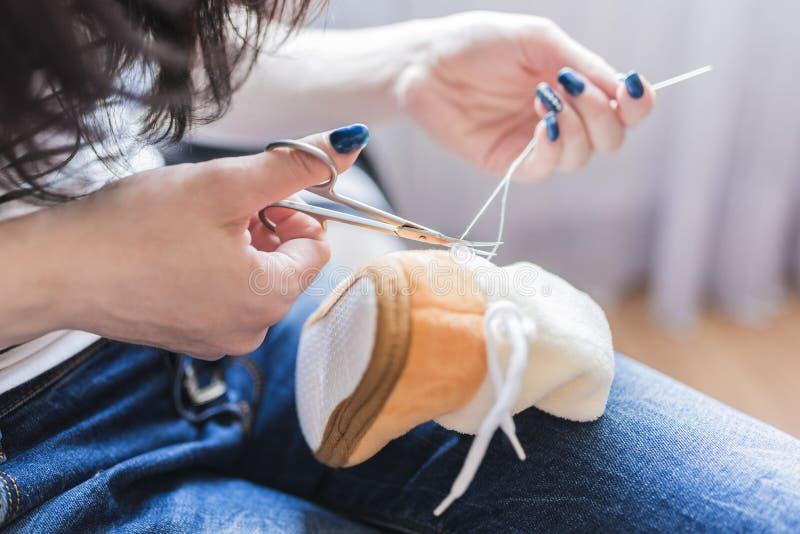 妇女在缝合以后切开螺纹 库存图片