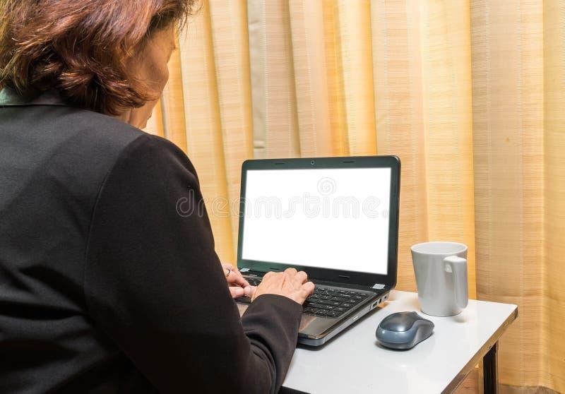 Download 妇女在膝上型计算机的手印刷品 库存图片. 图片 包括有 诉讼, 年长, 设备, 关键董事会, 杯子, 键入 - 72352917