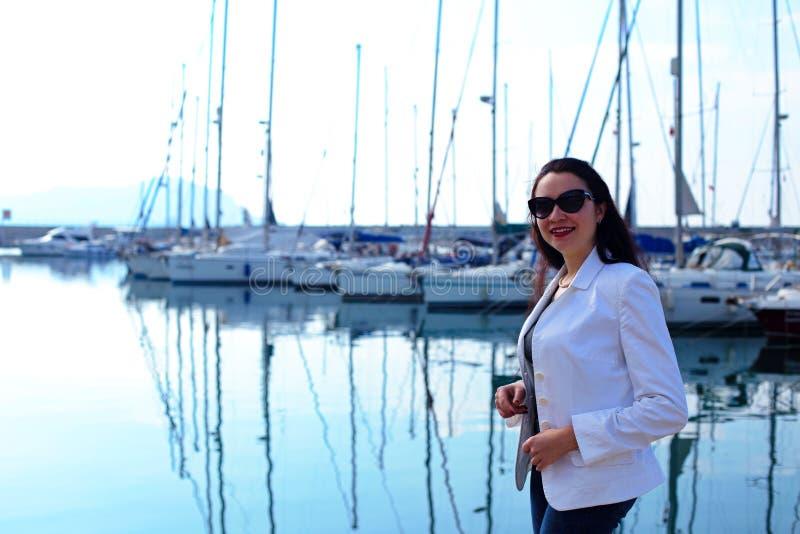 妇女在船舶样式穿戴了在游艇小游艇船坞 库存图片