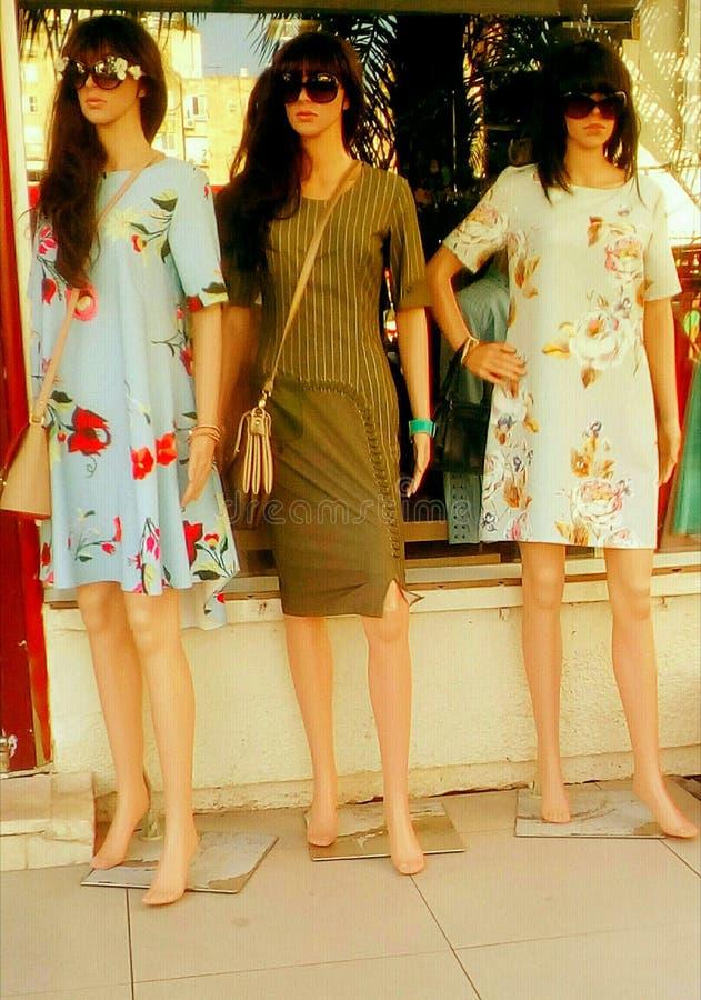 妇女在街道的时装模特儿 图库摄影