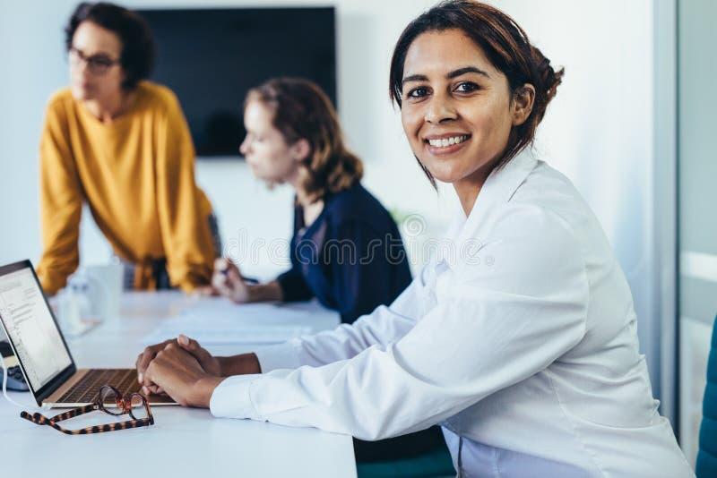 妇女在证券交易经纪人行情室的一次会议 库存图片