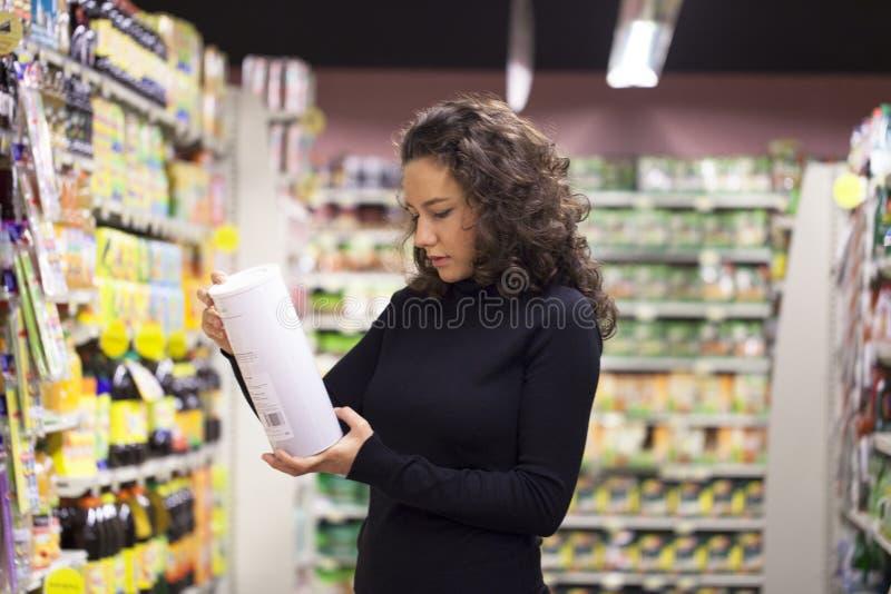 妇女在超级市场 图库摄影