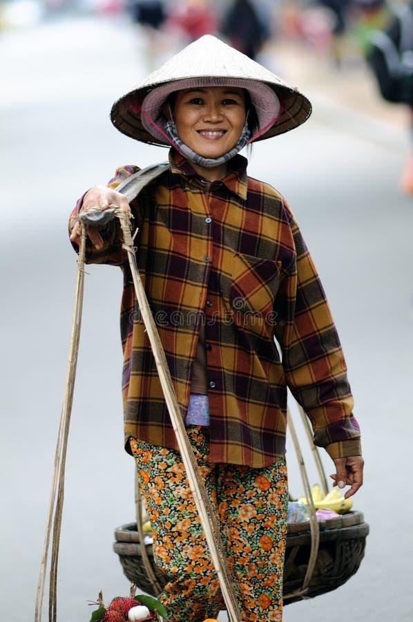 妇女在越南市场上 库存照片
