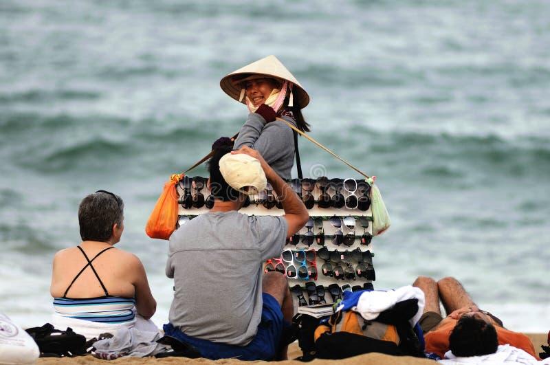 妇女在越南海滩市场上 免版税图库摄影