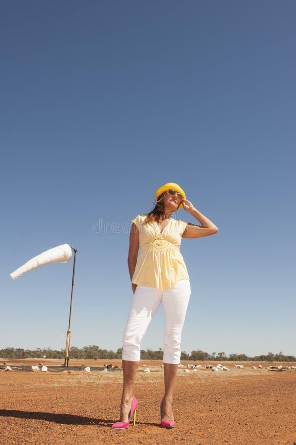 妇女在遥远的机场在澳洲内地澳大利亚 库存照片