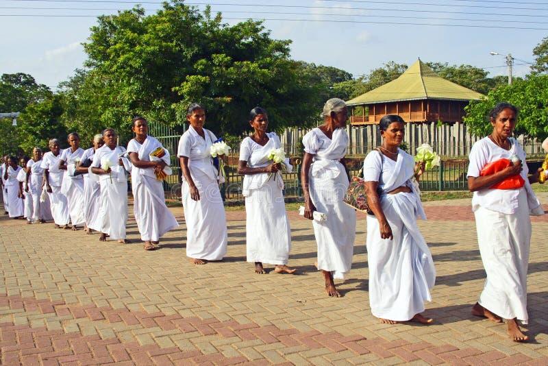妇女在阿努拉德普勒参观Jaya Sri玛哈Bodhi 免版税库存照片