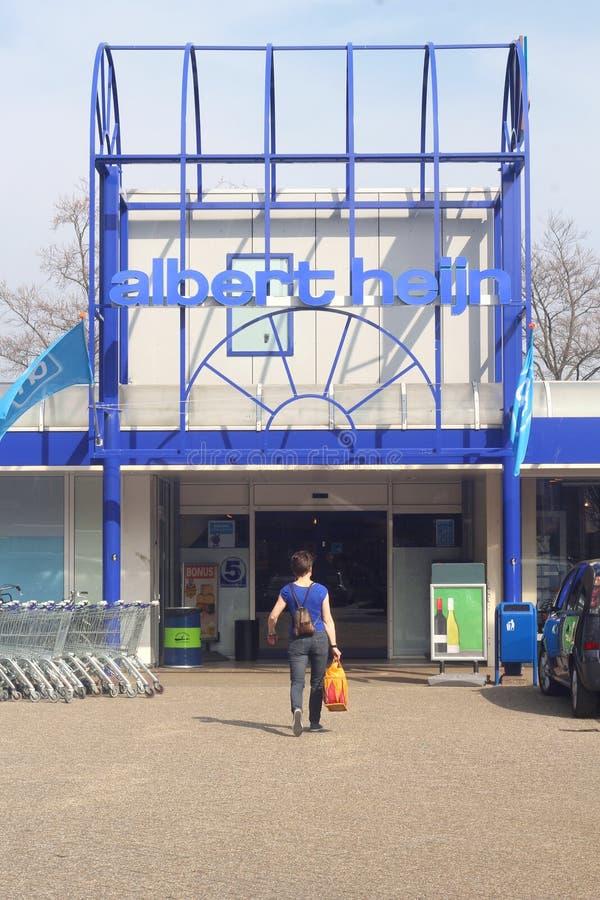 妇女在阿尔伯特购物Heijn超级市场  库存图片