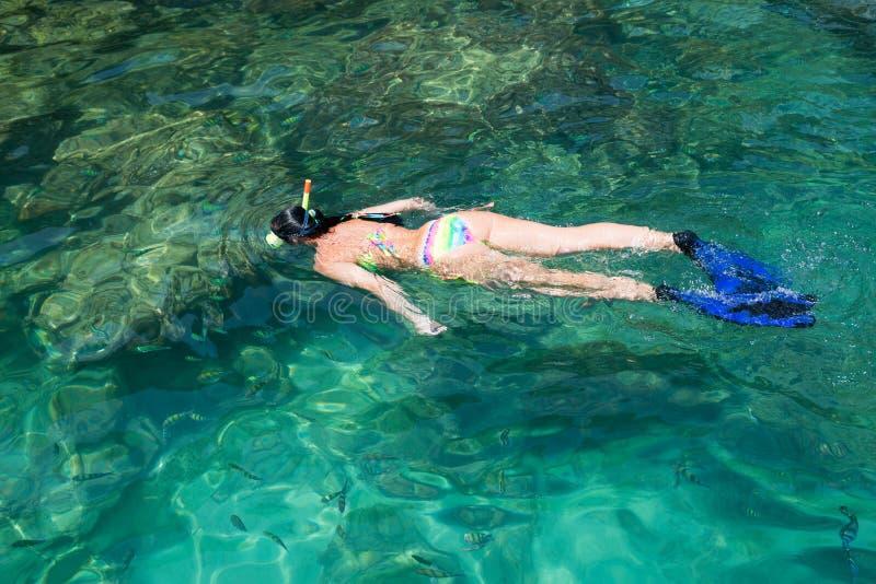 妇女在面具和废气管,泰国中游泳 免版税库存图片