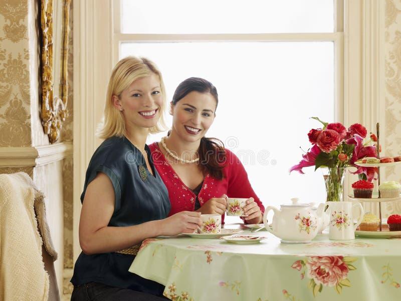 妇女在餐桌上 库存图片