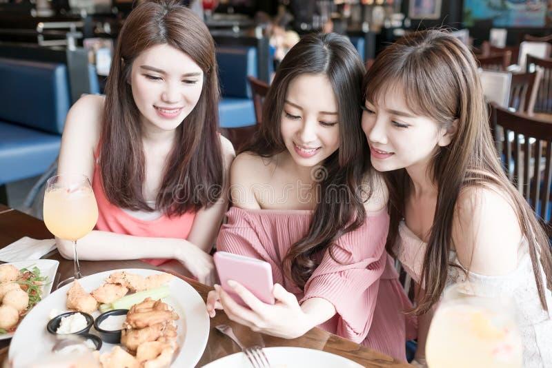 妇女在餐馆用餐 库存照片