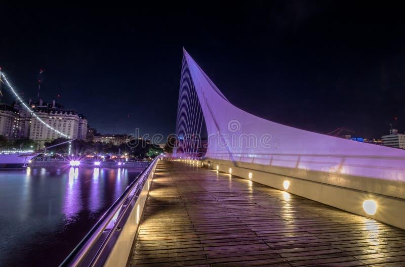 妇女在马德罗港在晚上-布宜诺斯艾利斯,阿根廷跨接 库存图片