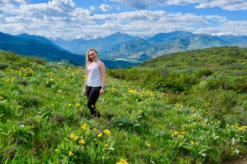 年轻妇女在高山草甸 库存图片