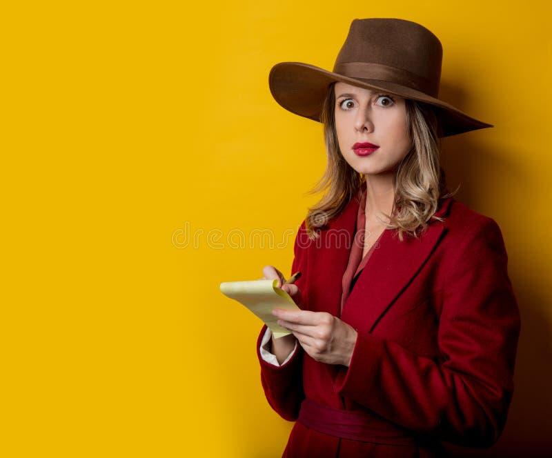 妇女在20世纪40年代内称呼有笔记和笔的衣裳 免版税库存图片