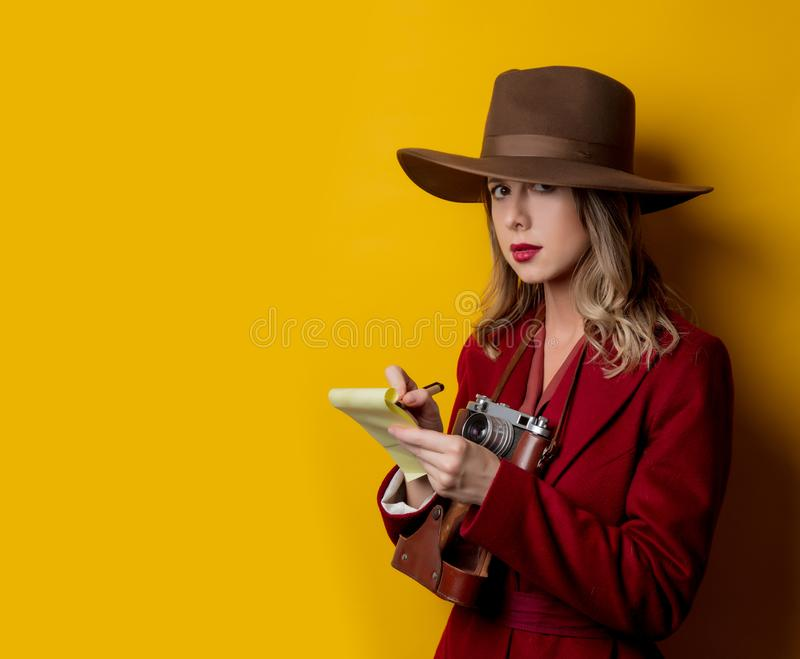 妇女在20世纪40年代内称呼有笔记本和笔的衣裳 库存图片