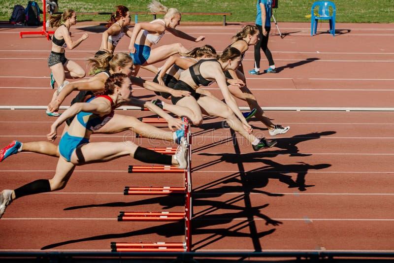 妇女在100个米障碍赛跑 免版税库存照片