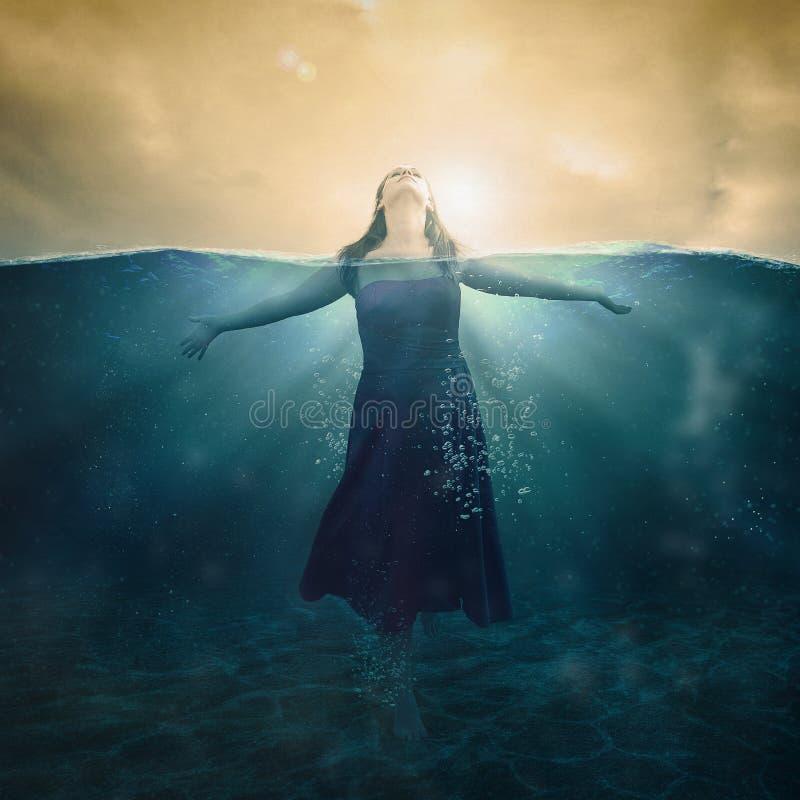 妇女在水中 免版税图库摄影
