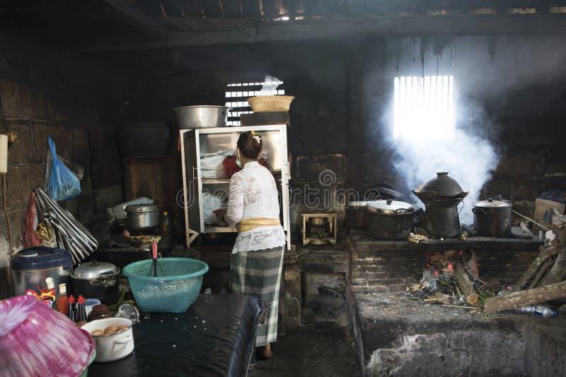 妇女在巴厘语厨房里 库存照片