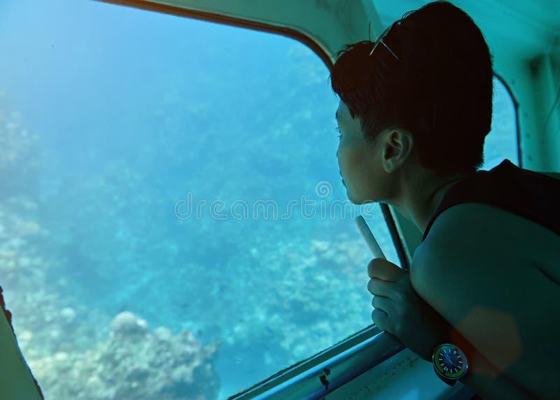 妇女在玻璃底部小船坐 库存图片