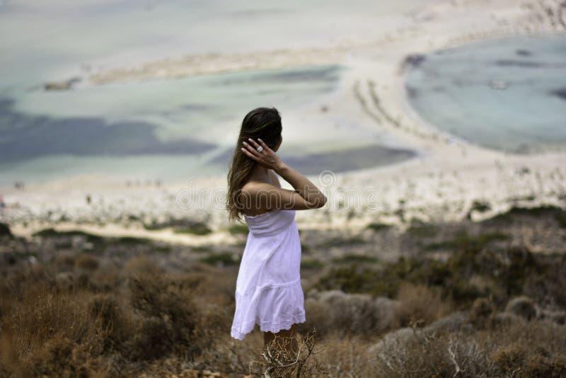 妇女在Balos盐水湖的白色穿戴了 免版税图库摄影