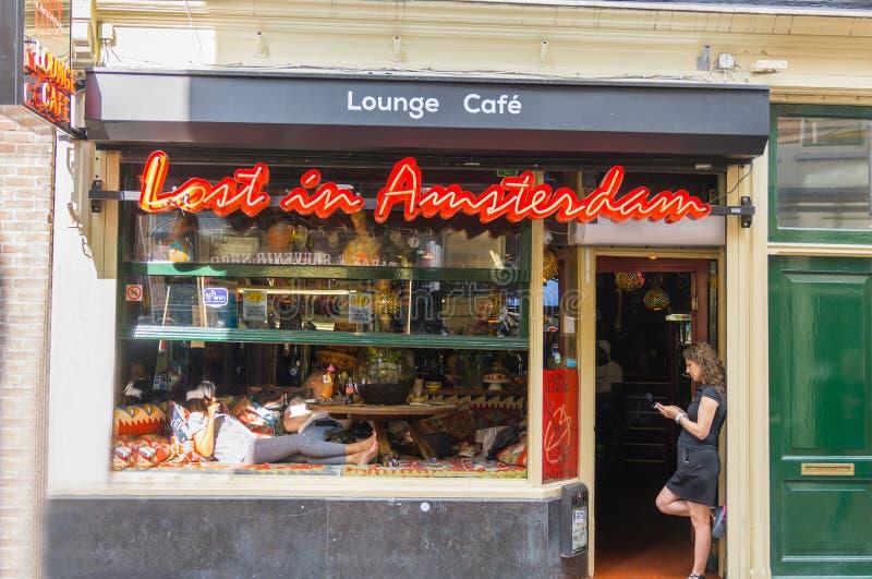 妇女在coffeeshop站立 免版税库存照片