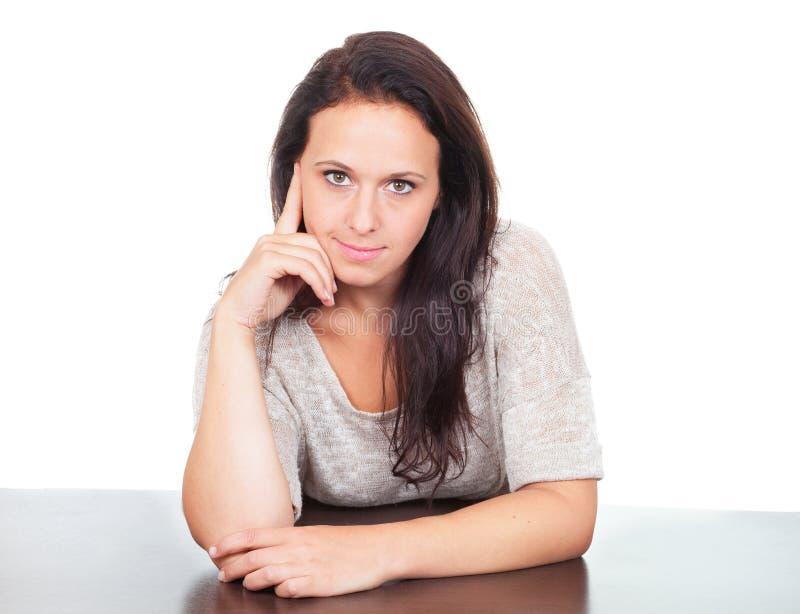 妇女坐书桌 免版税库存图片