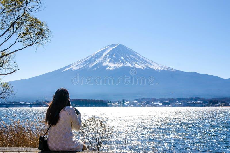 妇女坐地面在kawaguchiko湖,日本 看法  免版税图库摄影