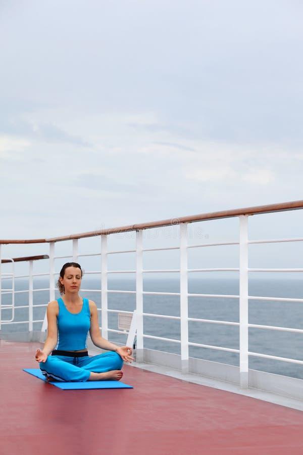 妇女坐巡航划线员甲板 库存照片