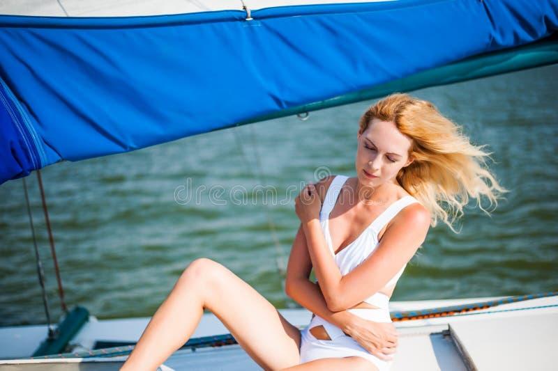妇女坐帆船或游艇 免版税库存照片