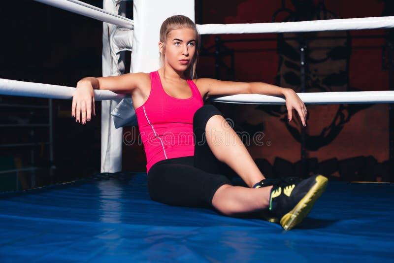 妇女坐拳击台 免版税库存照片