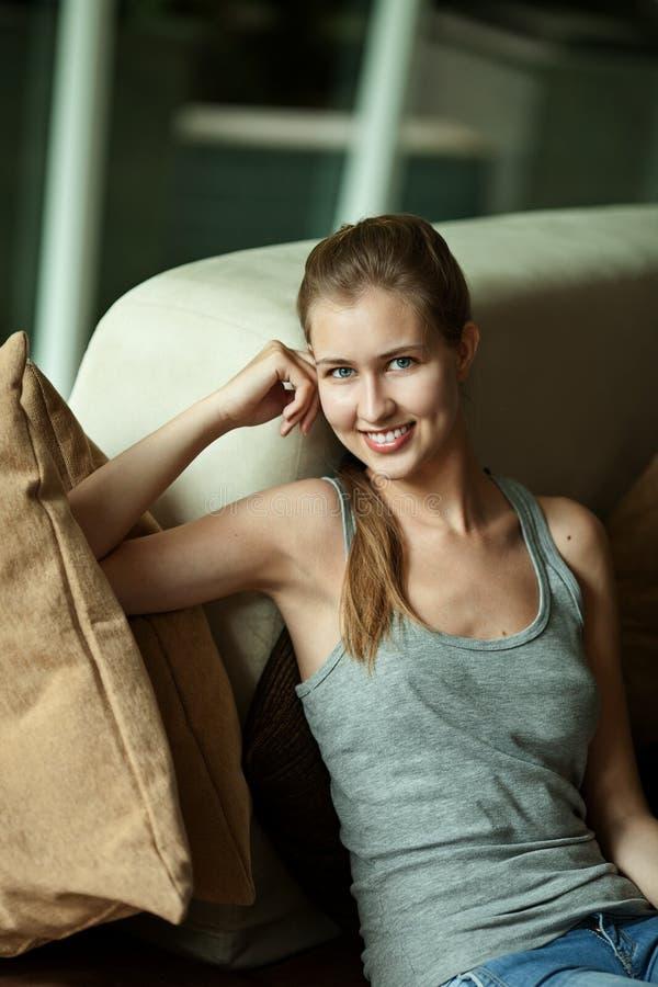 Download 妇女坐沙发 库存图片. 图片 包括有 家具, 照片, 轻松, 长沙发, 居住, 空间, 查找, 人员, 微笑 - 22352089