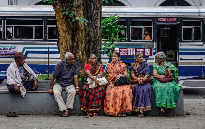 妇女坐街道在康提,斯里兰卡 库存照片