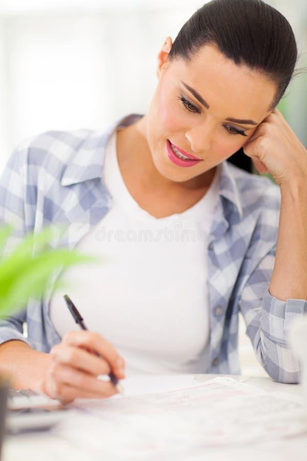 妇女填装的报税表 免版税库存图片