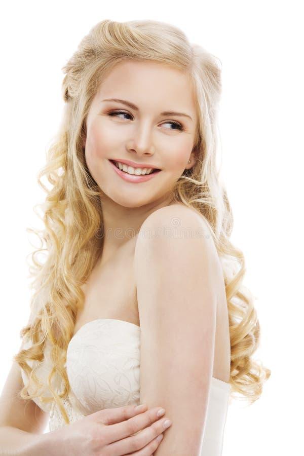 妇女头发和面孔秀丽,式样长的白肤金发的卷曲发型 免版税库存照片
