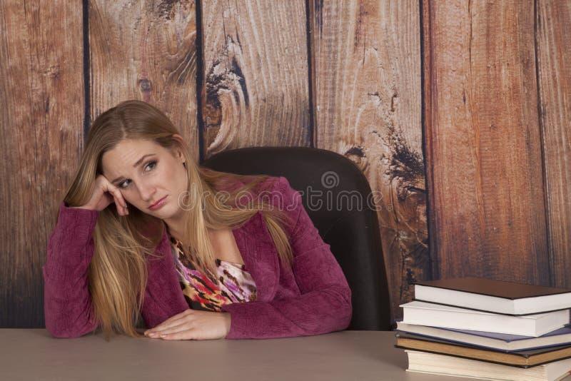 妇女夹克乏味的办公室书 免版税库存图片
