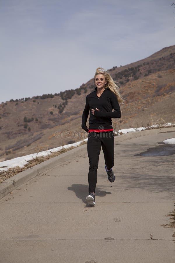 Download 妇女奔跑outsidein黑色雪 库存照片. 图片 包括有 愉快, 活动家, beautifuler, 室外 - 30327174