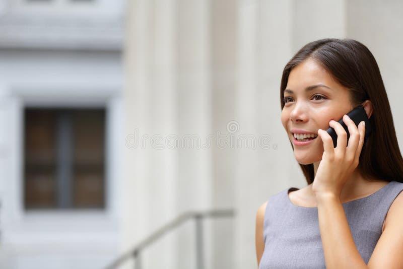 妇女女实业家律师联系在聪明电话 免版税库存照片